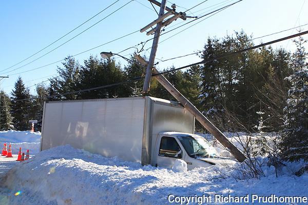 accident impliquant une camionette Jeep Cherokee et un camion cube Ford, Le cube a sectionner un poteau electrique d'Hydro Quebec sur le coin de la route 343 et le chemain du Domaine a la hauteur du domaine des 4H,  causant une panne de courrant pour plusieurs cresidences  dans le secteur de la route 343 au sud du village de Saint-Alphonse-Rodriquez ...Mercredi le 14 janvier 2009