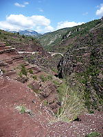 Alpi Marittime francesi, valle del Var, Ponte Mari&eacute;e sulle Gole di Daluis. Rocce di scisto rosso.<br /> French Maritime Alps, the valley of the Var, Mari&eacute;e bridge on the Daluis Gorges. Red schist rocks.