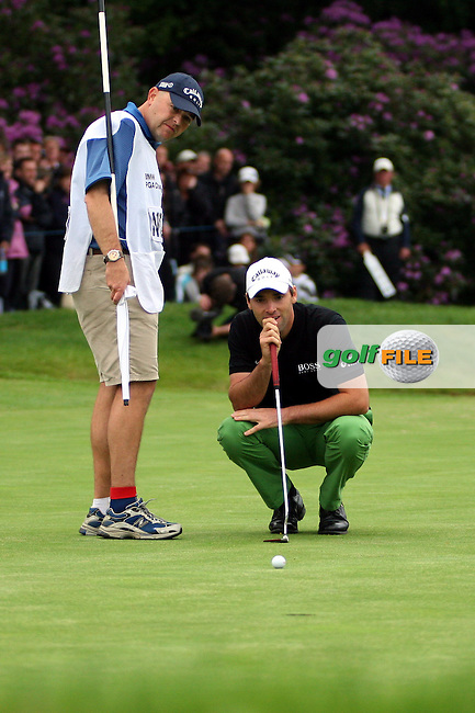 Oliver Wilson lines up his putts in the playoff of the BMW PGA Championship at the Wentworth Club, Surrey, England - 25th May 2008 (Photo by Manus O'Reilly/GOLFFILE)