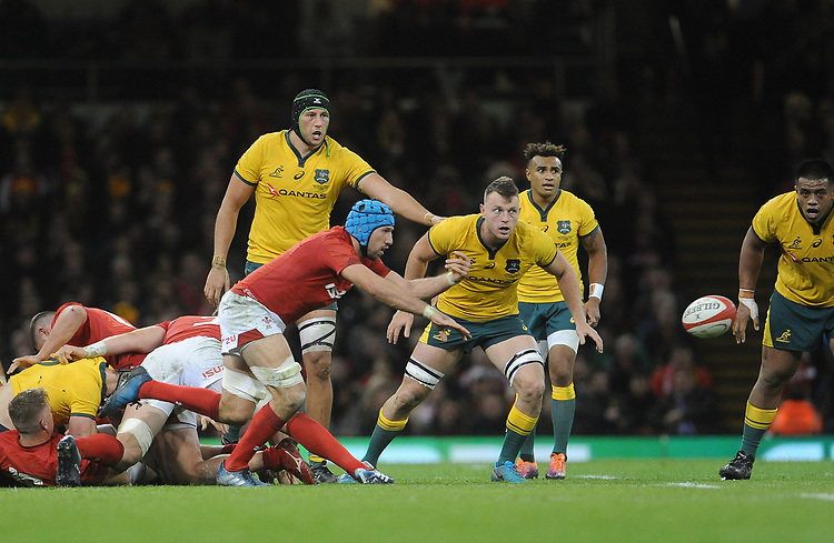 Wales' Justin Tipuric whips the ball out<br /> <br /> Photographer Ian Cook/CameraSport<br /> <br /> Under Armour Series Autumn Internationals - Wales v Australia - Saturday 10th November 2018 - Principality Stadium - Cardiff<br /> <br /> World Copyright © 2018 CameraSport. All rights reserved. 43 Linden Ave. Countesthorpe. Leicester. England. LE8 5PG - Tel: +44 (0) 116 277 4147 - admin@camerasport.com - www.camerasport.com
