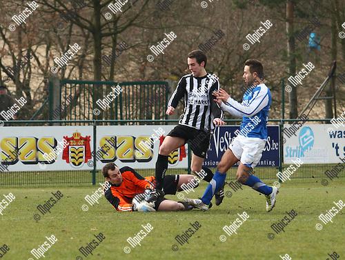 26/02/2012 ; voetbal ; Vosselaar - Neerpelt ; Michiel Huygaerts zet doelman Yannick Dewinter onder druk.