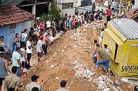 NITERÓI,RJ, 10.11.2018 - DESASTRE-RJ - Bombeiros de quatro quarteis da região estão neste momento no Morro da Boa Esperança, em Piratiningan na Região Oceanica de Niterói, onde pelo menos sete casa foram atingidas por deslizamento de uma pedra, por voltas das 5h manhã deste sábado,Piratininga, Niterói, Rio de Janeiro (Foto: Vanessa Ataliba/Brazil Photo Press)