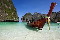 Thailand, Krabi Province, Andaman Coast, Ko Phi Phi Island, Phi Phi Lee Island: Maya Bay with long-tail boat | Thailand, Provinz Krabi, Andamanen Kueste, Ko Phi Phi Insel, Phi Phi Leh Island: Longtail Boot in der Maya Bay