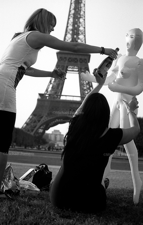 Paris (&icirc;le de France)<br /> <br /> Femmes en visite touristique a Paris accompagn&eacute;es d'une poup&eacute;e gonflable.<br /> <br /> Women sightseeing in Paris along with a doll.