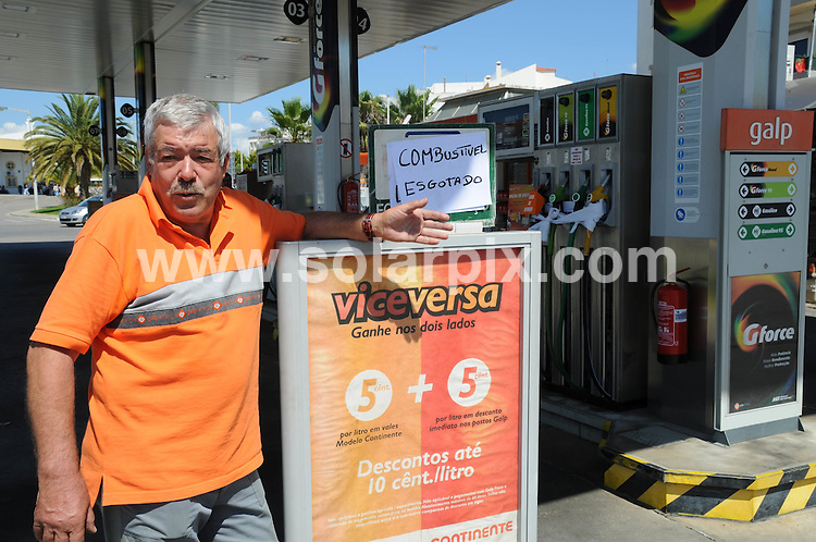 **ALL ROUND PICTURES FROM SOLARPIX.COM**.**WORLDWIDE SYNDICATION RIGHTS**.Petrol stations throughout Portugal are being forced to close as fuel supplies run dry. The manager of this Algarve petrol station looks hopelessly on as he turns clients away. Wednesday 11th June 2008..JOB REF: 6609 PPL        DATE: 11_06_2008.**MUST CREDIT SOLARPIX.COM OR DOUBLE FEE WILL BE CHARGED* *UNDER NO CIRCUMSTANCES IS THIS IMAGE TO BE REPRODUCED FOR ANY ONLINE EDITION WITHOUT PRIOR PERMISSION*