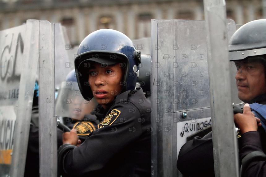 300610. México, D.F.-  Manifestantes se enfrentaron durante la marcha conmemorativa del 10 de Junio que se llevó acabo del metro Normal a la plancha del zócalo  de la ciudad de México. Hay 16 detenidos.  NOTIMEX/FOTO/ALEJANDRO MELENDEZ/FRE/WAR/