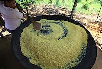 Moradores quilombolas da comunidade da Pancada, produzem farinha de mandioca no rio Erepecuru, bacia do rio Trombetas.<br /> Oriximiná, Pará, Brasil.<br /> Foto Paulo Santos<br /> 24/09/2016 Conflitos e Pressão no território quilombola de Oriximiná <br /> <br /> As comunidades remanescentes do  quilombo de Oriximiná são formadas por 37 comunidades distribuídas em oito territórios, sendo que quatro deles são titulados, um está parcialmente titulado e três ainda esperam a titulação, sendo que esses últimos se encontram sobrepostos a áreas de conservação, o que dificulta o processo.  <br /> A titulação dessas terras quilombolas tem sido extremamente lenta, estando tramitando no INCRA e ITERPA desde inicio dos anos 2000. Existe no momento uma expectativa que isso mude, uma vez que em Fevereiro de 2015 o Tribunal Regional Federal da 1a Região em Santarém deu um prazo de 2 anos para que o governo federal conclua a titulação das terras do Alto Trombetas e em Maio de 2016 o TRF-1 confirmou essa decisão. No entanto, até Setembro de 2016 o cenário continua o mesmo.