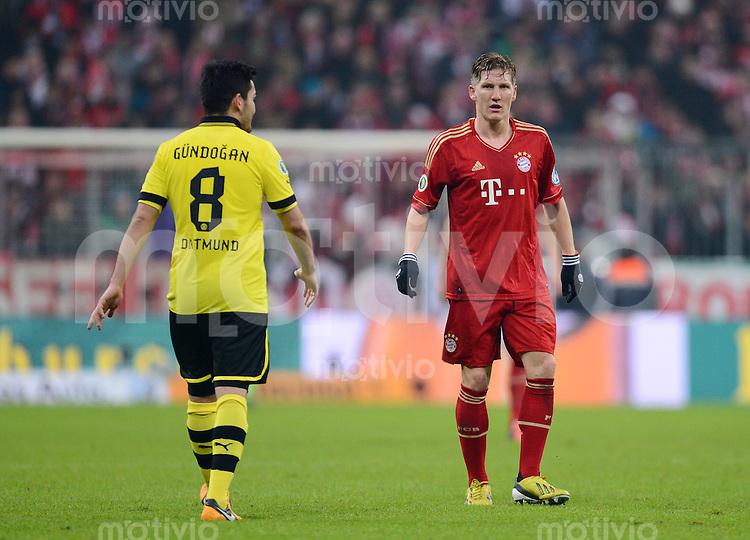 FUSSBALL  DFB-POKAL  VIERTELFINALE  SAISON 2012/2013    FC Bayern Muenchen - Borussia Dortmund       27.02.2013 Bastian Schweinsteiger (re, FC Bayern Muenchen) und Ilkay Guendogan (Borussia Dortmund)