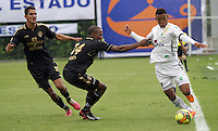 BOGOTA -COLOMBIA. 1-03-2014.  Jair Palacios (Izq)  de Fortaleza F.C. disputa el balon contra  Freddy Hinestroza  de La Equidad partido por la novena  fecha de La liga Postobon 1 disputado en el estadio Metropolitano de Techo . /   Jair Palacios  (L) of Fortaleza F.C.  fights the ball  against  Freddy Hinestroza of  La Equidad  of  nine round during the match  of The Postobon one league  at the Metropolitano of Techo Stadium . Photo: VizzorImage/ Felipe Caicedo / Staff