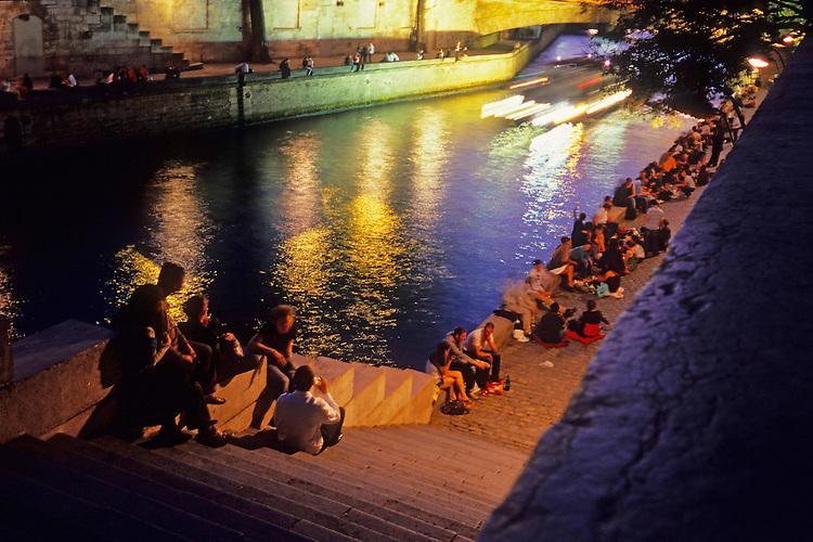 A warm spring evening sends hundreds of people in the streets of Paris near île de la Cité, May 2011