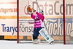 Stockholm 2014-11-14 Bandy Elitserien Hammarby IF - Edsbyns IF :  <br /> Edsbyns Henrik Karlstr&ouml;m r&auml;ddar en straff under matchen mellan Hammarby IF och Edsbyns IF <br /> (Foto: Kenta J&ouml;nsson) Nyckelord:  Elitserien Bandy Zinkensdamms IP Zinkensdamm Zinken Hammarby Bajen HIF HeIF Edsbyn EIF Byn