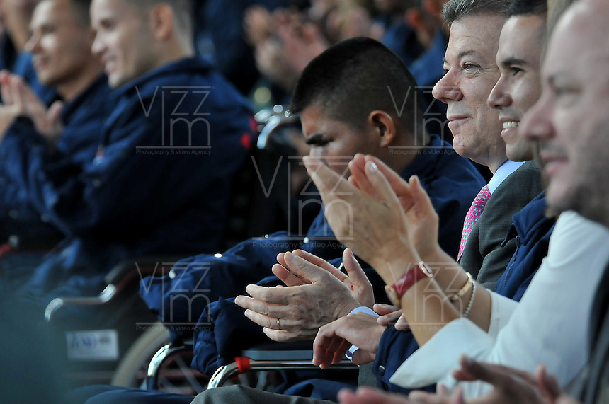 BOGOTç -COLOMBIA. 17-12-2013. Con la presencia del Se–or Presidente de la Republica Juan Manuel Santos ,  la primera Dama de la Nacion Maria Clemencia Rodriguez de Santos y el Se–or Ministro de la Defensa Juan Carlos Pinzon ,la w radio rindio homenaje a los soldados ,policia e infantes de marina heridos en combate . / With the presence of the First Lady of the Nation Maria Clemencia Rodriguez de Santos, the Minister of Defense Juan Carlos Pinzon, the radius w paid tribute to the soldiers, police and Marines wounded in combat Photo: Mauricio Orjuela / Ministerio de Defensa Nacional