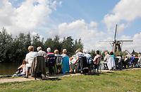 Nederland Schipluiden. Dagjesmensen wachten op het Varend Corso.. Foto Berlinda van Dam / Hollandse Hoogte