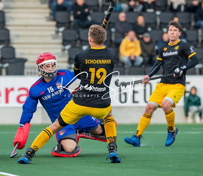 AMSTELVEEN -  Noud Schoenaker (Den Bosch) met keeper Philip van Leeuwen (Adam)   tijdens de competitie hoofdklasse hockeywedstrijd mannen, Amsterdam- Den Bosch (2-3).  COPYRIGHT KOEN SUYK