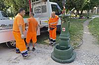 - Milano, dipendenti del comune posano una fontanella pubblica al parco Sempione<br /> <br /> - Milan, employees of the municipality place a public fountain at Sempione Park