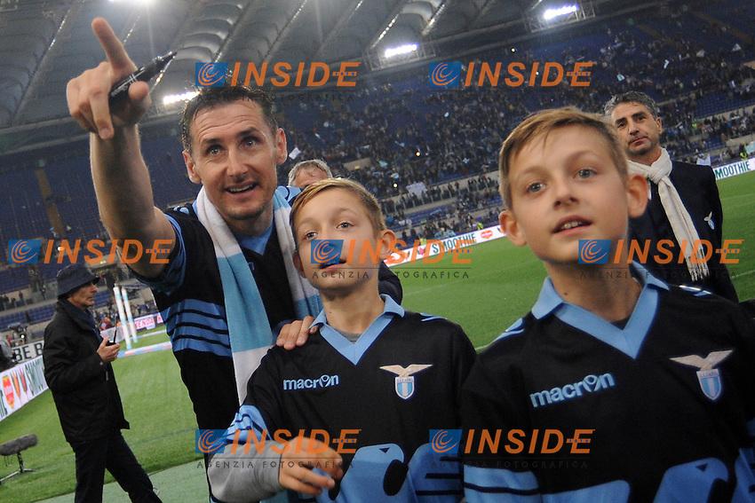 Miroslav Klose saluta la Lazio con i figli <br /> Roma 15-05-2016  Stadio Olimpico<br /> Campionato Serie A,<br /> Lazio - Fiorentina<br /> Foto Antonietta Baldassarre / Insidefoto