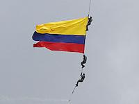 BOGOTA -COLOMBIA. 20-07-2014. Con una revista aerea  un desfile militar y de policia por la Avenida 68 los colombianos celebraron el dia de la independencia ./ With an airline magazine and a military parade along Avenida 68 Colombians celebrated the Independence Day. Photo: VizzorImage/ Felipe Caicedo