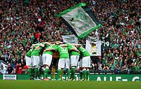 FUSSBALL   1. BUNDESLIGA   SAISON 2012/2013    33. SPIELTAG SV Werder Bremen - Eintracht Frankfurt                   11.05.2013 Die Mannschaft vom SV Werder bildet vor dem Spiel einen Spielerkreis