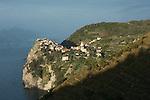 Village de Corniglia perche sur une pointe rocheuse Parc national des Cinque Terre. Ligurie. Italie.