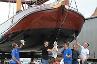 SKÛTSJESILEN: SNEEK: 14-07-2015, Skûtsje Earnewâld krijgt laatste onderhoudsbeurd met speciale laag voor het onderschip, schipper Gerhard Pietersma in het midden, ©foto Martin de Jong