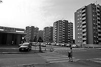 Milano, quartiere Quarto Oggiaro, periferia nord. Palazzi residenziali e il mercato comunale --- Milan, Quarto Oggiaro district, north periphery. Residential buildings and the communal market