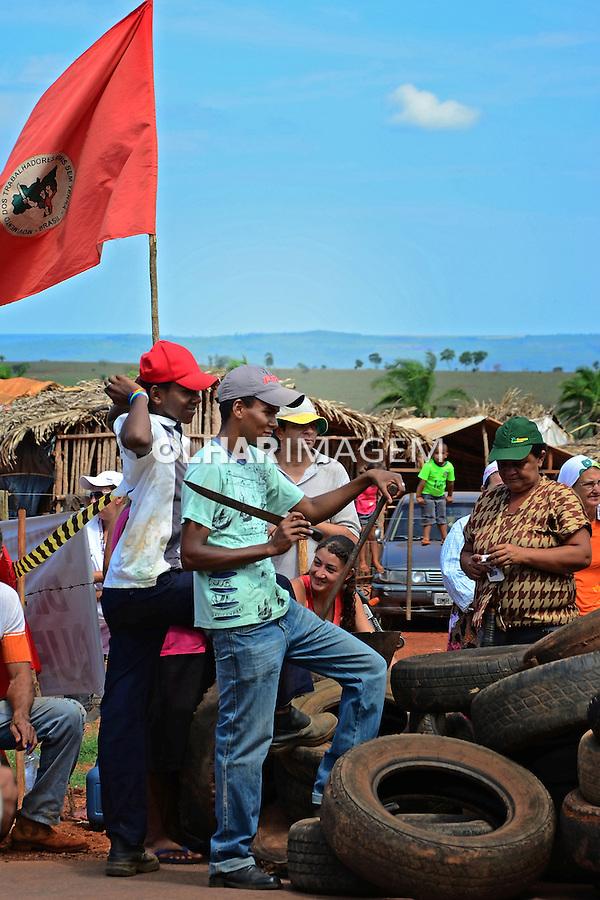 Bloqueio da rodovia MT344, por manifestantes do Movimento dos Sem Terra, MST. Dom Aquino. Mato Grosso. 2012. Foto de Antonio Siqueira.