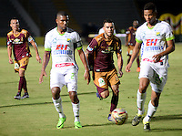 IBAGUÉ -COLOMBIA, 15-01-2015. Marcos Melgarejo (C) jugador de Deportes Tolima disputa el balón con jugadores del Atlético Huila por la fecha 10 de la Liga Aguila I 2016 jugado en el estadio Manuel Murillo Toro de la ciudad de Ibagué./ Marcos Melgarejo (C) player of  Deportes Tolima vies for the ball with players of Atletico Huila for the date 10 of the Aguila League I 2016 played at Manuel Murillo Toro stadium in Ibague city. Photo: VizzorImage / Juan Carlos Escobar / Str