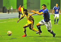 BARRANCABERMEJA- COLOMBIA- 18 -02-2016: John Sanchez (Izq.) jugador de Alianza Petrolera disputa el balón con Andres Cadavid (Der.) jugador de Millonarios, durante partido entre Alianza Petrolera y Millonarios, por la fecha 4 de la Liga Aguila I-2016 jugado en el estadio Daniel Villa Zapata de la ciudad de Barrancabermeja. / John Sanchez (L) player of Alianza Petrolera vies for the ball with Andres Cadavid (R) player of Millonarios, during a match between Alianza Petrolera and Millonarios, for the date 4 of the Liga Aguila I-2016 at the Daniel Villa Zapata Stadium in Barrancabermeja city, Photo: VizzorImage  / Jose D. Martinez / Cont.