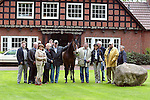 Werder  Eck Lohne und SV Werder Vorstand auf dem Hof von  Alwin Schockemoehle in Muehlen ( Landkreis Vechta ). Sportdirektor Klaus Allofs nahm erst mal gleich die Zuegel in die Hand. Mit dabei u.a. Vors. Born und Fischer mit ihren Ehefrauen<br /> Foto &copy; nordphoto<br /> <br /> <br /> <br />  *** Local Caption *** Foto ist honorarpflichtig! zzgl. gesetzl. MwSt.<br />  Belegexemplar erforderlich<br /> Adresse: nordphoto<br /> Georg-Reinke-Strasse 1<br /> 49377 Vechta
