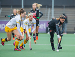 AMSTELVEEN -  Joy Haarman (Adam) met Marloes Keetels (DenBosch) en Danique van der Veerdonk (DenBosch)    tijdens de hoofdklasse hockeywedstrijd dames,  Amsterdam-Den Bosch (1-1).   COPYRIGHT KOEN SUYK
