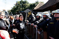 CURITIBA, PR, 26.06.2017 - PROTESTO-PR – Servidores Municipais que realizam protesto em frente a Ópera de Arame em Curitiba (PR) entraram em confronto com os Policiais Militares durante votação do projeto do prefeito Rafael Grega (PMN) na manhã desta segunda-feira (26). (Foto: Paulo Lisboa/Brazil Photo Press)