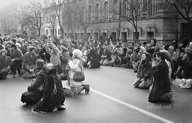 ROMANIA, Av. Dorobanti, Bucharest, 22.12.1989, 1pm.Demonstrators kneel in front of a church to thank God for having delivered them from the lunatic - Calea Dorobanti..© Andrei Pandele / EST&OST