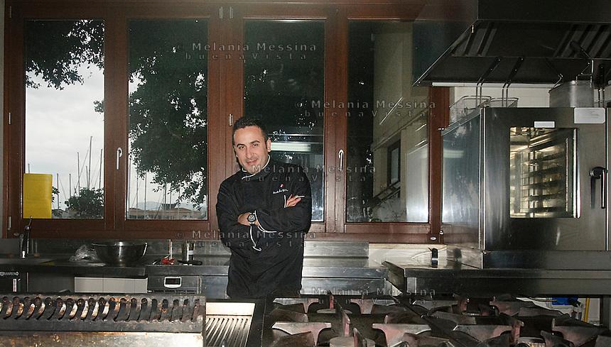 Natale Giunta, cuoco famoso di Palermo nella sua cucina