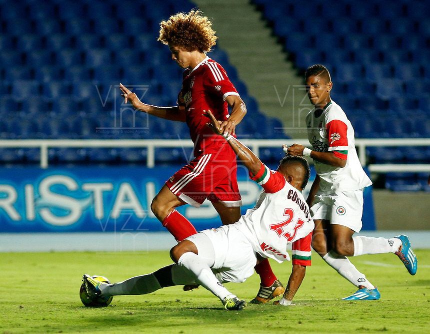 CALI -COLOMBIA-15-SEPTIEMBRE-2014. Stiven Tapiero  (Izq)  del America de Cali disputa el balon  con Neftali Vizcaino de Cortulua durante partido correspondiente a  fecha 10 del Torneo Postobon jugado en el estadio Pascual Guerrero de la ciudad de  Cali . / Stiven Tapiero (L)  of America de Cali dispute the ball with Neftali Vizcaino of Cortulua for corresponding party Postobon dated 10 Tournament played in Pascual Guerrero stadium in Calii.  Photo: VizzorImage / Juan Carlos Quintero / Stringer