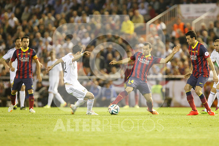 Real Madrid´s Di Maria (L) and F.C. Barcelona´s Mascherano during the Spanish Copa del Rey `King´s Cup´ final soccer match between Real Madrid and F.C. Barcelona at Mestalla stadium, in Valencia, Spain. April 16, 2014. (ALTERPHOTOS/Victor Blanco)