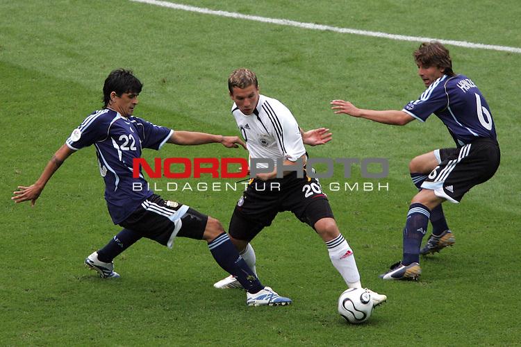 FIFA WM 2006 -  Quarter Finals / Viertelfinal<br /> Play   #57  (30-Jun) - Deutschland - Argentinien<br /> <br /> Lukas Podolski (Mitte) von Deutschland gegen Luis Gonzales (links) und Gabriel Heinze (rechts) von Argentinien.<br /> <br /> Foto &copy; nordphoto