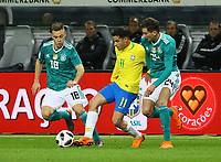 Philippe Coutinho (Brasilien Brasilia) gegen Joshua Kimmich (Deutschland, Germany), Leon Goretzka (Deutschland, Germany) - 27.03.2018: Deutschland vs. Brasilien, Olympiastadion Berlin