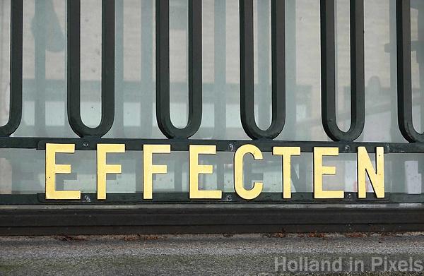 Nederland - Leeuwarden - april 2018. Raam van de voormalige Friesland Bank. Effecten.  Foto Berlinda van Dam / Hollandse Hoogte