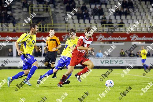 2015-10-03 / Voetbal / Seizoen 2015-2016/ KFC De Kempen- VC Herentals / foto mpics.be / Birger De Swert ( Herentals) achtervolgd door Wout Meeuwssen en Sven Verdonck.