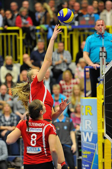 WIESBADEN, DEUTSCHLAND - MAERZ 12: 20. Spieltag in der Deutschen Volleyball Bundesliga (DVL) der Damen. Begegnung zwischen dem VC Wiesbaden (hellblau) und den Roten Raben Vilsbiburg (rot) am 12. Maerz 2014 in der Sporthalle Am 2. Ring in Wiesbaden, Deutschland. Endstand 2-3. (Photo by Dirk Markgraf / www.265-images.com) *** Local caption *** Celin Stohr (#6) von den Roten Raben Vilsbiburg
