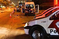 GUARULHOS,SP - 20.02.2014 - ACIDENTE COM VIATURA PM - Uma viatura da PM se envolveu em um acidente de trânsito, após acompanhamento a um veículo com queixa de roubo. Os dois policiais que ocupavam a viatura se feriram e foram socorridos ao Hospital Geral de Guarulhos. Um dos ocupantes do veículo roubado também se feriu e foi socorrido ao mesmo Hospital. Dos três ocupantes do carro roubado, além do que se feriu em virtude do acidente, um conseguiu fugir e o outro foi preso com um simulacro. Um terceiro veículo também envolvido na ocorrencia (lotação) teve apenas avarias. A ocorrência está sendo apresentada no 1º DP de Guarulhos. A ocorrência se deu pela Avenida Antonio de souza, altura do número 1011, na cidade de Guarulhos, grande São Paulo no inicio da noite desta quinta-feira, 19. (Foto: Geovani Velasquez / Brazil Photo Press)