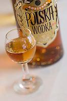 Europe/Pologne/Lodz: Service de la Vodka au Restaurant Polska rue Piotrkowska - Verre et bouteille de vodka
