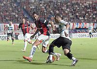 BUENOS AIRES, ARGENTINA, 15.03.2016 - SAN LORENZO-GREMIO - <br /> Marcos Angeleri (E), do San Lorenzo, em disputa de bola com Everton, do Gr&ecirc;mio, em partida v&aacute;lida pela Copa Libertadores da Am&eacute;rica, no Est&aacute;dio Pedro Bidegain, conhecido como El Nueva Gas&oacute;metro, em Buenos Aires, na Argentina, nesta ter&ccedil;a-feira. (Foto: Guido Beck/Brazil Photo Press)