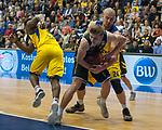 07.01.2018, EWE Arena, Oldenburg, GER, BBL, EWE Baskets Oldenburg vs WALTER Tigers T&uuml;bingen, im Bild<br /> <br /> Mathis M&Ouml;NNINGHOFF (T&uuml;bingen #17 )<br /> Rasid MAHALBASIC (EWE Baskets Oldenburg #24),Armani MOORE (EWE Baskets Oldenburg #4)<br /> Foto &copy; nordphoto / Rojahn
