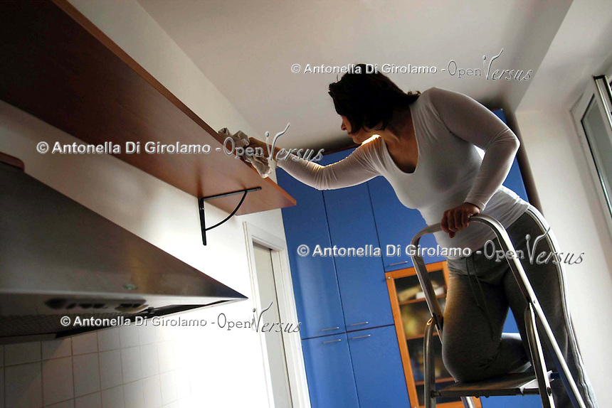 Rischio di incidenti domestici in casa per le casalinghe..Risk of accidents at home for housewives. .