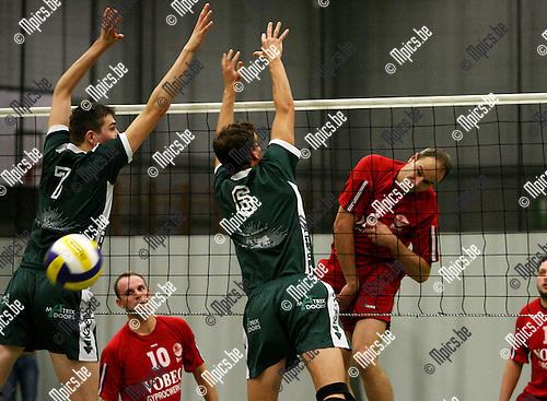 Mendo Booischot - Puurs: Faes (Puurs) plaatst de bal naast het block van Van Den Dries en Vekemans (6)