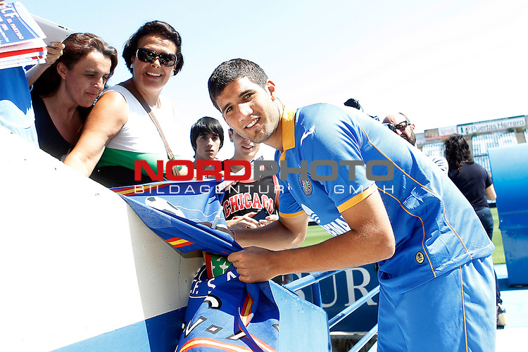 Getafe's new player Lisandro Ezequiel Lopez with the suportters during his official presentation. September 3, 2013. Foto © nph / Acero)