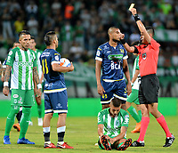 MEDELLÍN - COLOMBIA, 24-08-2018: David Rodríguez (Der.), arbitro, muestra tarjeta amarilla a David Valencia (2 Der.), jugador de Alianza Petrolera, durante partido de la fecha 6 entre Atlético Nacional y Alianza Petrolera, por la Liga Águila II 2018, jugado en el estadio Atanasio Girardot de la ciudad de Medellín. / David Rodriguez, referee, shows yellow card to David Valencia (2 R) player of Alianza Petrolera, during a match of the 6th date between Atletico Nacional and Alianza Petrolera for the Aguila League II 2018, played at Atanasio Girardot stadium in Medellin city. Photo: VizzorImage / León Monsalve / Cont.