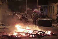 SÃO PAULO,SP, 15.07.2016 - PROTESTO-SP - Moradores durante manifestação na esquina da estrada Santa Inês com a rua Condessa Amália Matarazzo no Jardim Peri na região norte de São Paulo, nesta sexta-feira, 15. O protesto é pela morte de um adolescente atropelado por um caminhão na última quarta-feira (13). Segundo a Polícia Militar, o grupo queima objetos, entre eles pneus, e interditam a via. Houve confronto entre manifestantes e policiais, que responderam com bombas de efeito moral e balas de borracha. Eles cercaram os manifestantes mais exaltados. Os moradores pedem mais segurança e sinalização do local. (Foto: Marcio Ribeiro/Brazil Photo Press)