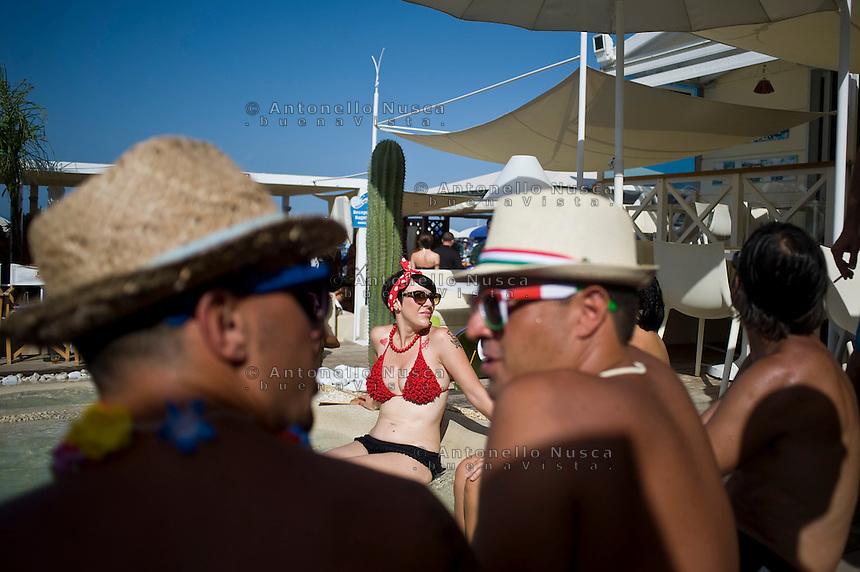 Senigallia, Agosto 2013. Un gruppo di ragazzi in una spiaggia di Senigallia durante il Festival Summer Jamboree.